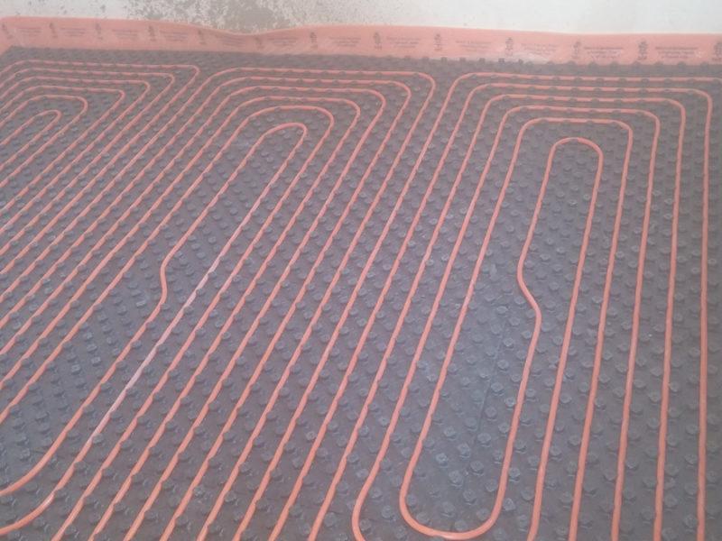 Impianto di riscaldamento radiante a pavimento del tipo a basso spessore